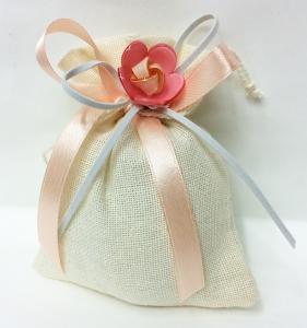 Bomboniera Sacchetto Panna Cotone Con Ciondolo Fiore Rosa