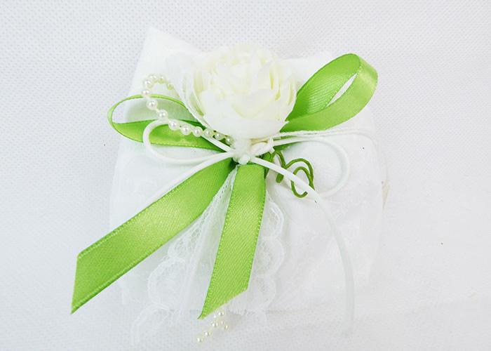 Bomboniera Sacchetto Ricamato Nastro Verde E Bocciolo Fiore
